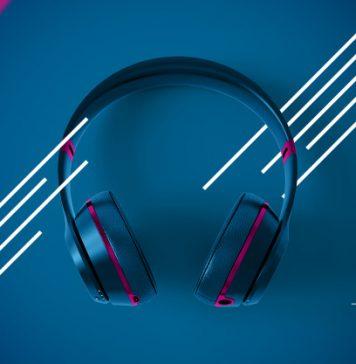 """למי שמחפש אוזניות איכותיות במחירים הוגנים כדאי להכיר את מגוון המוצרים של המותג pioneer, אשר שמו הולך לפניו בזכות שמע מעולה, ארגונומיה מצוינת, בידוד רעשים אפקטיבי וחדשנות טכנולוגית. לפניכם סקירה קצרה של 4 אוזניות מומלצות מבית המותג. Pioneer S6 – אלו הן אוזניות אלחוטיות המצטיינות בנוחות לבישה, משקל קל, עיצוב יפהפה ובידוד רעשים, או בקיצור – כל מה שאי פעם תרצו מאוזניות. בנוסף לבידוד הרעשים האקטיבי, הן מגיעות עם סוללה חזקה לשלושים שעות עם ANC כבוי ועד עשרים שעות עבודה עם ANC דולק. גם הטעינה שלהן מצוינת ואחרי עשר דקות בלבד כבר תוכלו לקבל שלוש שעות של עבודה. ואם לא די בכך, ניתן לחבר אליהם עד שני מקורות האזנה במקביל, יש להן חיבור Bluetooth 5.0 והן תומכות בעוזרות האישיות של אפל וגוגל לפי המגבלות הקיימות בישראל. Pioneer S9 - מאותה הסדרה מגיעות אוזניות עם בידוד רעשים וסאונד נהדר, בעלות שליטה על סינון הרעשים, סוללה המאפשרת עד עשרים וארבע שעות של נגינה, וכפתור שליטה על עוזרת קולית של גוגל. יש להן איכות שמע מרשימה במיוחד בזכות יכולת עיבוד מתקדמות ממגוון מקורות שמע, כאשר אתם יכולים לשלוט על רמת בידוד הרעשים, על הסאונד ועל עדכוני תוכנה באמצעות אפליקציה ייעודית. בנוסף, יש להן איכות ונוחות משופרות בזכות חומרים איכותיים במיוחד ותכנון הלוקח בחשבון שימוש לטווח ארוך. גם ניתן לחבר אליהן במקביל שני מכשירי סמארטפון, ויש להן חיבור מהיר דרך NFC שבו רק מצמידים את הסמארטפון לאוזניות והן כבר מתחברות מעצמן, כל עוד מדובר בסמארטפון נתמך. PIoneer SE-MJ561BT – עוד אוזניות אלחוטיות נהדרות, הפעם עם מבנה אלומיניום יוקרתי ודרייברים בקוטר 40 מ""""מ, שמסוגלות לספק עד חמש עשרה שעות ניגון שעות ניגון. כמו כן, האוזניות האלו יכולות להתחבר עד לשמונה מכשירים במקביל, יש להן Bluetooth ו-NFC מובנים, הן שוקלות רק 160 גרם, והעיצוב שלהן יוקרתי ומרהיב. אוזניות ספורט אלחוטיות SE-E8TW True Wireless – המותג pioneer מציע גם שורה ארוכה של אוזניות ספורט אלחוטיות מהמובילות בעולם, דוגמא נאה לכך מהוות האוזניות האלו עם סוללה שמחזיקה עד לשלוש שעות, הטענה שנותנת עד תשע שעות נוספות, עמידות למים ואיכות שמע נהדרת. אין ספק שמדובר בפתרון אולטימטיבי עבור אימוני כוח, ריצה, והליכות, וגם יש להן חיבור קל מאוד לסמארטפון. הן מגיעות עם מגוון מתאמי"""